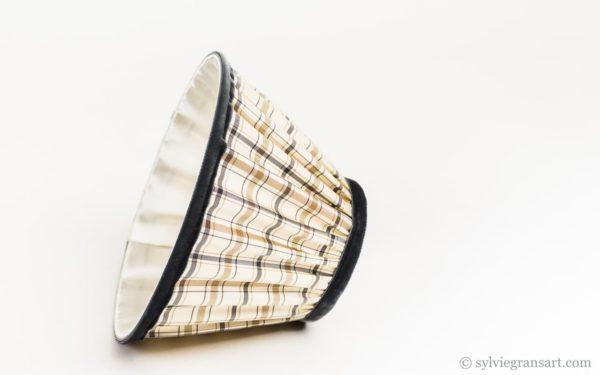 """Cet abat-jour en taffetas de soie a été réalisé spécialement pour habiller un bougeoir """"Christofle"""" monté en lampe"""