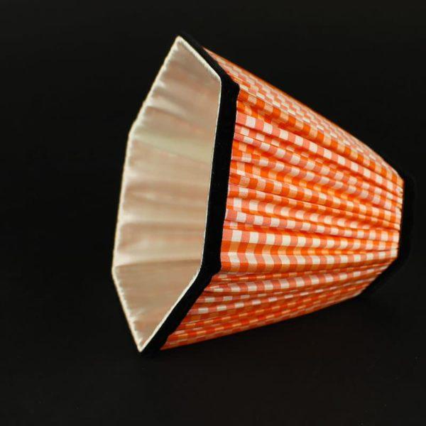 abat-jour-orange-de-forme-hexagonale