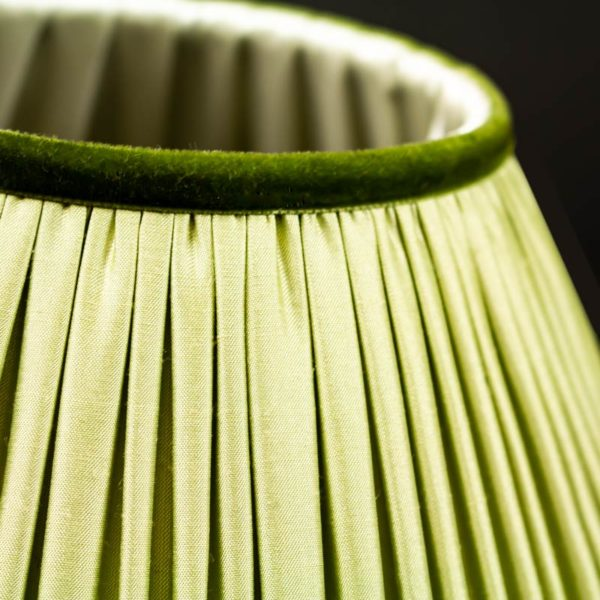 Vue d'un abat-jour en soie verte sur bougeoir Louis XV
