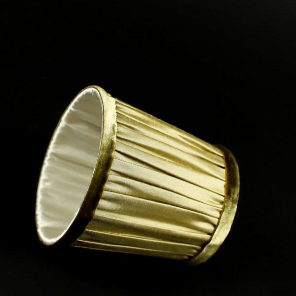 doublure-ivoire-sur-un-abat-jour-en-soie-beige-dore