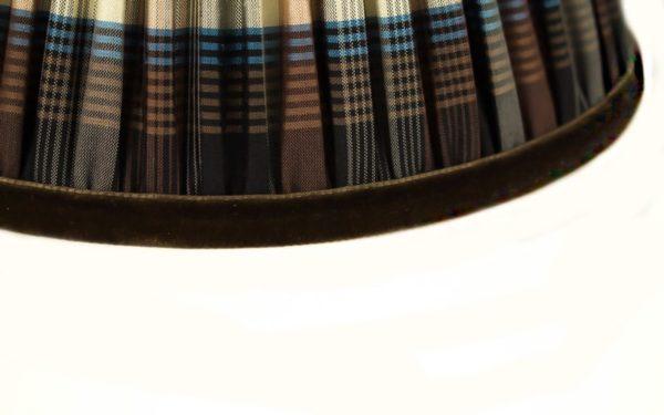 galon-de-finition-velours-marron-sur-un-abat-jour-en-soie