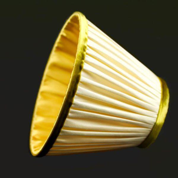 La-doublure-de-cet-abat-jour-est-en-soie-de-couleur-or