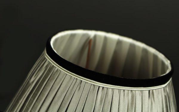 finition-velours-noir-d-un-abat-jour-en-soie-gris-clair