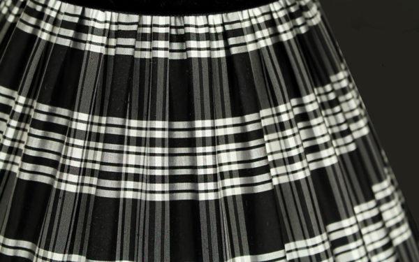 tissu-ecossais-noir-et-blanc-dun-abat-jour-en-soie